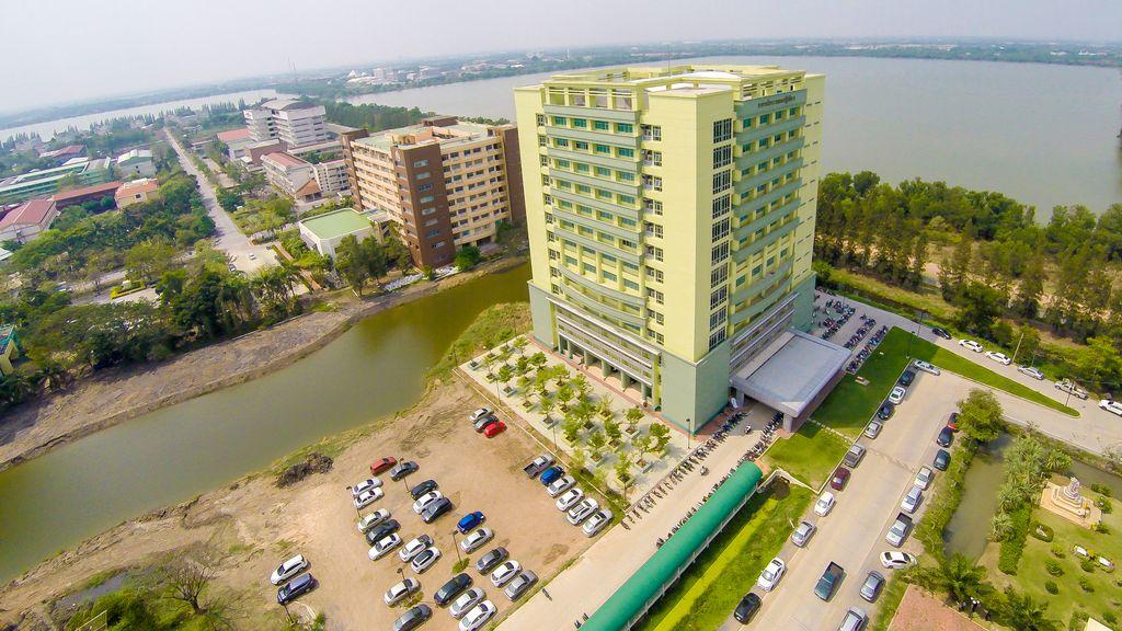อาคารเรียนรวม 13 ชั้น มีพื้นที่ขนาด 22,000 ตารางเมตร